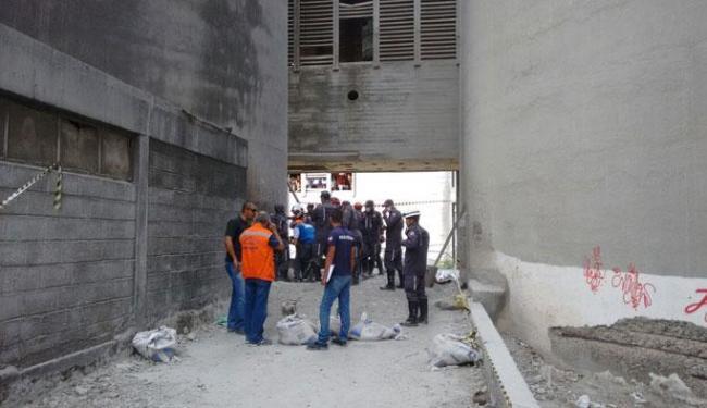 Os dois homens que retiravam cimento dentro da fábrica foram soterrados e morreram no local - Foto: Ana Paula Santos | Ag. A TARDE