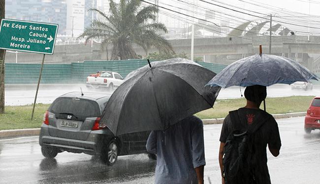 Previsão indica que tempo só deve voltar a melhorar na quarta-feira - Foto: Edilson Lima / Ag. A Tarde