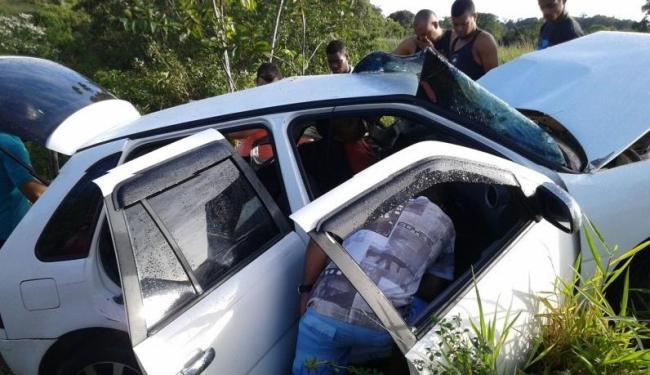 Carro capotou após a batida com ônibus - Foto: Divulgação
