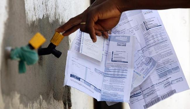 Com o agravamento da crise econômica, os baianos têm atrasado o pagamento de contas - Foto: Luiz Tito l Ag. A TARDE l 18.12.2015