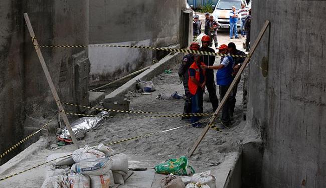 O corpo do pintor Reginaldo Silva (no canto esquerdo) foi retirado pelas equipes por volta de 12h30 - Foto: Lucas Melo l Ag. A TARDE