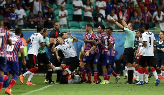 Árbitro relatou socos e chutes entre Lucas Fonseca, do Bahia, e Diego Renan, do Vitória - Foto: Raul Spinassé   Ag. A TARDE