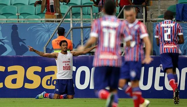 Hernane mandou o azar pra longe e fez o gol do triunfo sobre o JEC - Foto: Raul Spinassé   Ag. A TARDE