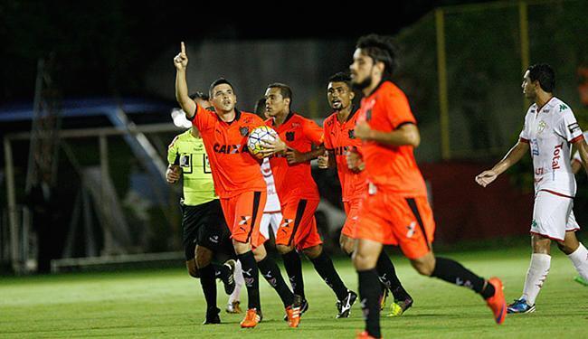 Com a bola na mão, Diego Renan festeja tento de empate - Foto: Margarida Neide l Ag. A TARDE