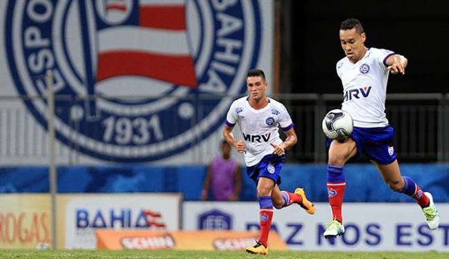 Edigar Junio (com a bola) e Juninho correm em jogo à noite na Fonte Nova - Foto: Felipe Oliveira l EC Bahia