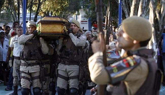 Renilton foi sepultado com honras militares - Foto: Luiz Tito | Ag. A TARDE