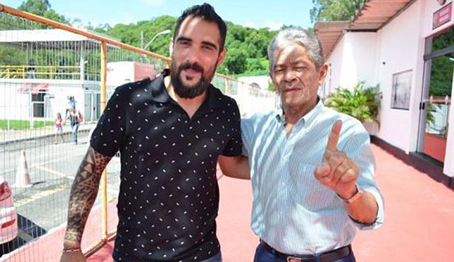 Escudero subiu à sala do presidente e pode ter acertado seu retorno ao Vitória - Foto: Francisco Galvão e Renan Rocha l Divulgação