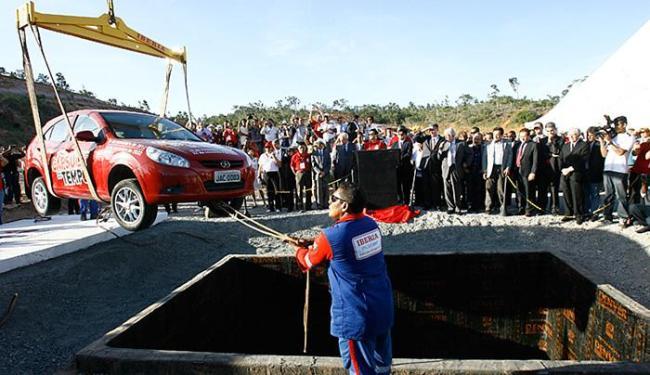 Um veículo modelo J3 foi enterrado no terreno onde a JAC pretendia construir a sua fábrica - Foto: Margarida Neide l Ag. A TARDE l 26.11.2012