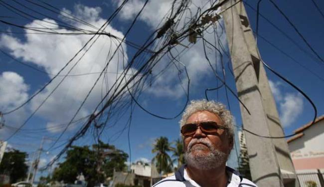 Edmundo Acioli, morador da rua Godofredo Filho, tem medo de levar choque elétrico - Foto: Raul Spinassé | Ag. A TARDE
