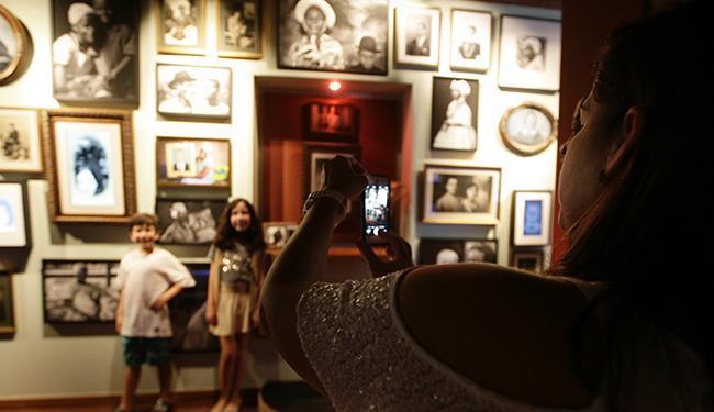 Visitante fotografa crianças em meio ao acervo reunido no Forte Santa Maria - Foto: Mila Cordeiro / Ag. A TARDE