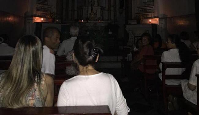 Igreja Santo Antônio da Barra inicia missa à luz de velas - Foto: Reprodução   Facebook