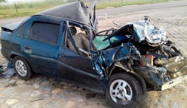 Carro ficou destruído após colisão em carreta - Foto: Reprodução   Site Radar 64