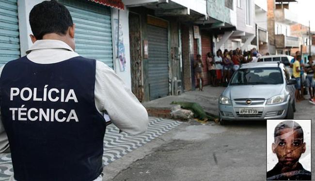 Policiais fizeram a perícia no local do assassinato, em frente a um mercadinho - Foto: Margarida Neide | Ag. A TARDE