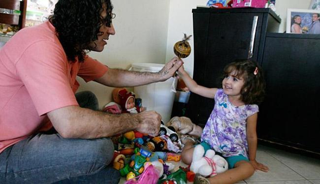 Luah, de 2 anos (com o pai, Luis Alejo), corre o risco de ficar cega do olho esquerdo - Foto: Luciano da Matta l Ag. A TARDE