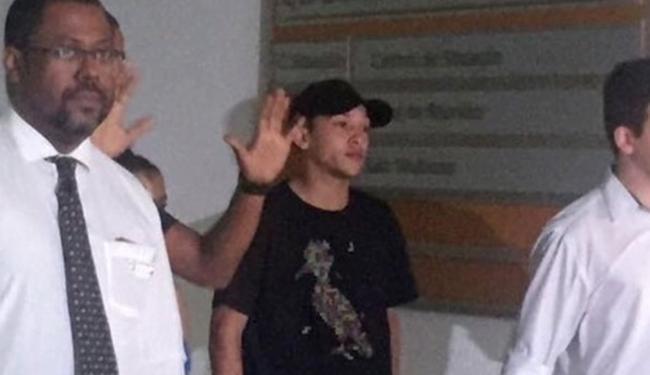 Lucas Duarte Santos (camisa preta) chega à delegacia para prestar depoimento - Foto: Pedro Ivo Almeida l UOL