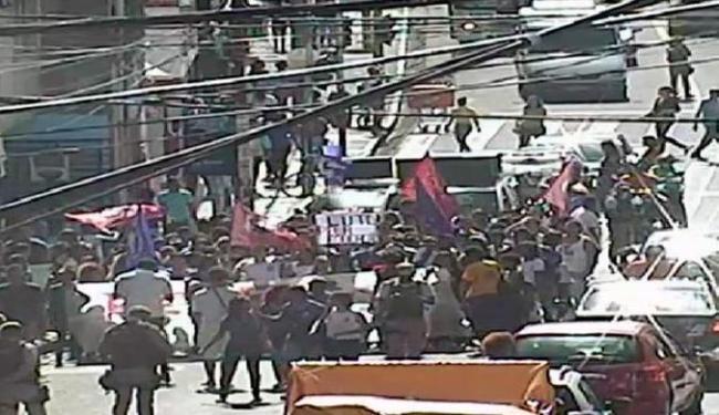 Grupo ocupa duas faixas da pista no centro da cidade - Foto: Divulgação | Transalvador