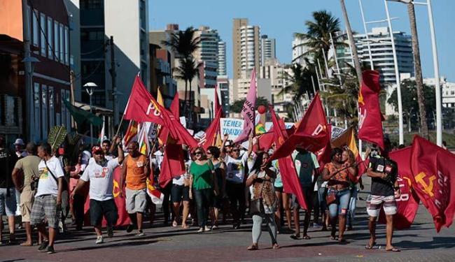 Manifestantes se concentraram no Farol e caminharam pela Barra - Foto: Lucas Melo   Ag. A TARDE