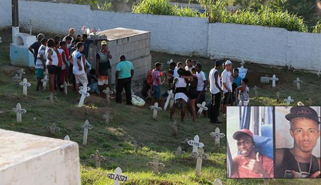 Ederson (E) e Marcos Vinícius foram retirados de um campo por homens encapuzados e executados - Foto: Lucas Melo | Ag. A TARDE