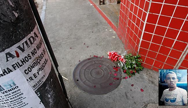 Flores foram colocadas pela mãe de Vitão no local onde ele foi morto - Foto: Margarida Neide | Ag. A TARDE