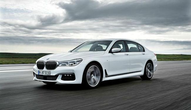 A sexta geração do sedã da alemã BMW tem faróis com luzes de LED e frente imponente com grade proemi - Foto: BMW Divulgação
