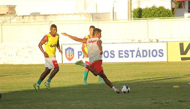 Atacante Nino Guerreiro (com a bola) é destaque na Juazeirense - Foto: Juazeirense l Divulgação
