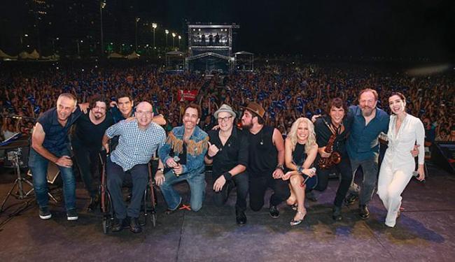 As estrelas do projeto posam ao lado dos músicos que as acompanham em cima do palco - Foto: Felipe Panfili l Divulgação