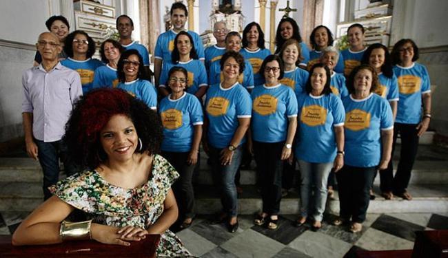 O coral de Keiler se apresenta com convidados como Juliana Ribeiro - Foto: Raul Spinassé l Ag. A TARDE