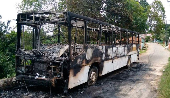 Ônibus ficaram completamente destruídos após serem incendiados - Foto: Luciano da Matta | Ag. A TARDE