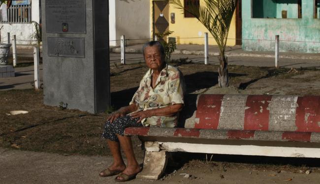A parteira Maria Pereira, 94, conhecida como Dona Nininha, ganhou uma praça com seu nome - Foto: Lúcio Távora | Ag. A TARDE