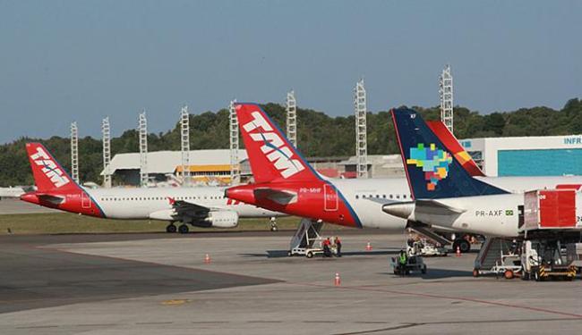 Pátio de aeronaves do aeroporto de Salvador: atração de hub pode gerar milhares de empregos na BA - Foto: Joá Souza | Ag. A TARDE l 21.09.2012