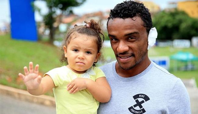 Volante, que esteve no Fazendão acompanhado da filha, levou seis pontos na orelha - Foto: Reprodução l Twitter l EC Bahia