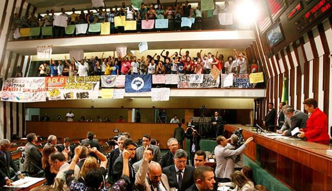 Sessão iniciou-se com quase duas horas de atraso devido a manifestações - Foto: Adilton Venegeroles l Ag. A TARDE