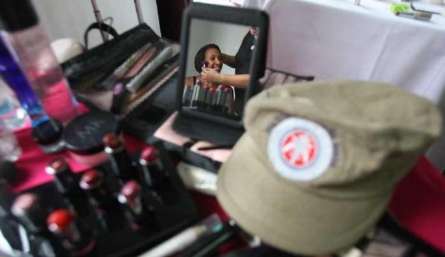 Mãe policial dá uma caprichada no visual - Foto: Raul Spinassé | Ag. A TARDE