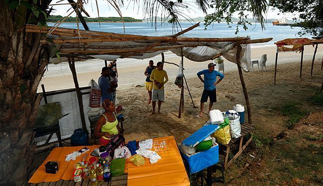 Barraqueiros, pescadores e frequentadores da praia dizem estar preocupados com andamento do projeto - Foto: Lucas Melo l Ag A TARDE