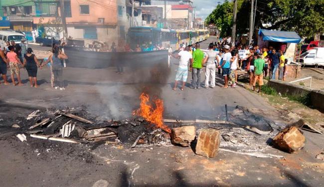 Manifestantes fecharam a rua Coronel Pedro Ferrão, cobrando obras por parte do poder público - Foto: Luciano da Matta | Ag. A TARDE
