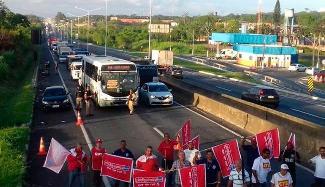 Trabalhadores fecharam a BR-324 próximo ao posto da PRF em Simões Filho, em abril passado - Foto: Divulgação