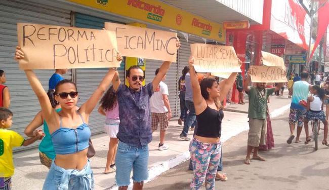 Estudantes aproveitaram passagem da tocha para mandar recado contra Temer - Foto: Vitor Villar | Ag. A TARDE