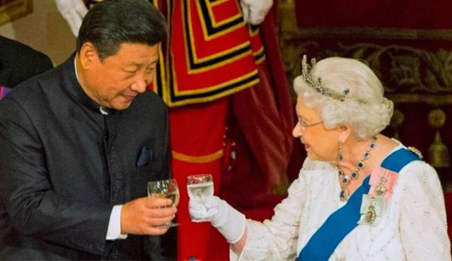 Presidente chinês, Xi Jinping, e Rainha Elizabeth II fazem brinde durante banquete no Palácio de Buc - Foto: Agência Reuters