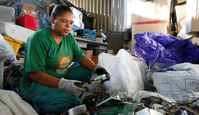 Liane Santos atua na triagem do material eletrônico - Foto: Adilton Venegeroles / Ag. A TARDE