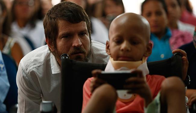 Saulo, que dá nome à UTI, esteve no hospital nesta segunda-feira - Foto: Lucas Melo l Ag. A TARDE