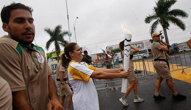 Sob nuvens, garoa e ventos fortes, tocha é conduzida em Feira de Santana - Foto: Margarida Neide l Ag. A TARDE