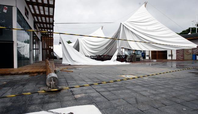 Cobertura do novo Mmercado do Peixe desabou por volta das 8h40, desta terça - Foto: Edilson Lima   Ag. A TARDE