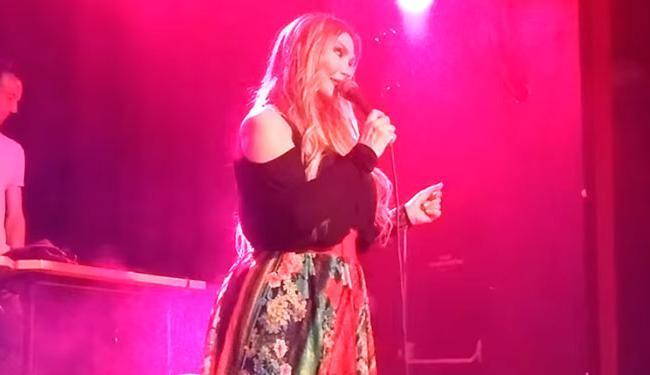Rosana canta a música