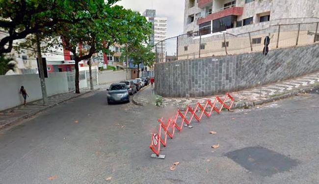 Crime aconteceu na rua Professor Isaías Alves de Almeida, no bairro do Costa Azul - Foto: Reprodução   Google Street View