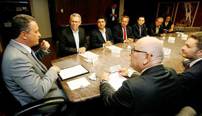 Rui Costa e executivos da Suzano assinam protocolo de intenções para ampliação da unidade de Mucuri - Foto: Luciano da Matta l Ag. A TARDE
