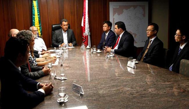 Governador Rui Costa durante reunião com representantes da montadora chinesa Yasuna Motors - Foto: Mateus Pereira | GovBa