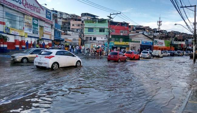 A avenida San Martin é um dos locais de Salvador que mais sofre com a chuva - Foto: Edilson Lima | Ag. A TARDE