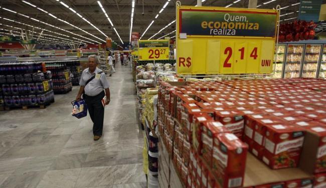 Consumidor deve ficar atento aos horários de funcionamento durante o feriado - Foto: Raul Spinassé | Ag. A TARDE