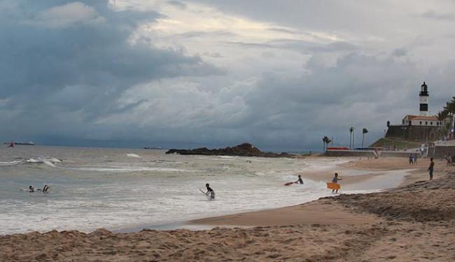 Agitação do mar atraiu surfistas para a avenida Oceânica (Barra) - Foto: Mila Cordeiro l Ag. A TARDE