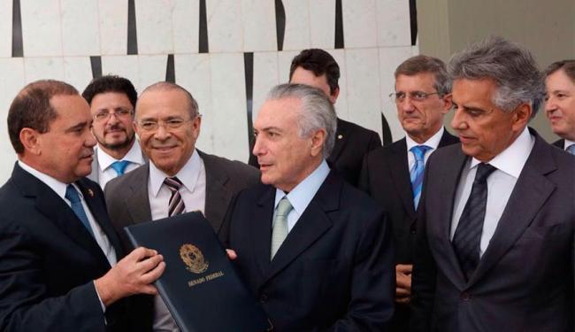 Senador Vicentinho Alves entregou notificação para Temer - Foto: Reprodução | Twitter